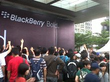 Crowds lining up for the Blackberry Bold 9790 launch event